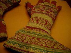 Knit silk gloves, 16th/17th century, Italian