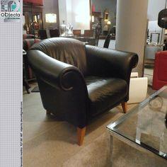 SOFÁ/POLTRONA EM COURO (pele verdadeira) preto... peça muito versátil que se adapta a qualquer estilo....... QUAL A SUA OPINIÃO sobre este nosso sofá?  (disponível) https://www.facebook.com/objecta.segunda.mao/