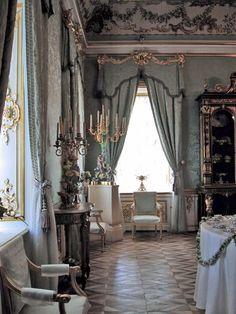 El estilo Luis XVI supone el cambio del estilo Rococó al Neoclasicismo, aunque convive aún con muchos elementos del Rococó en los interiores. En esta imagen  de un palacio en Rusia vemos las sillas con brazos en estilo Luis XVI en un ambiente plenamente Rococó. Palacio Peterhof en Rusia.