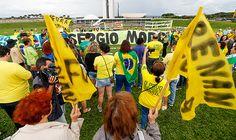 """A famosa frase """"você pode enganar alguns durante um tempo, mas não pode enganar a todos por muito tempo"""" está em risco. Vivemos no Brasil uma nova realidade, onde a sociedade passa a cobrar de nossos representantes que efetivamente nos representem. Enquanto isso, esses representantes, apavorados com a possibilidade de perderem poder e privilégios, lutam para sobreviver. Custe o que custar à democracia. Seu plano é simples, mas avassalador. Basta que nos enganem nos próximos seis mes..."""