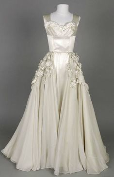 Vintage Wedding Dresses Vintage wedding dress by Beril Jents via What Are They Wearing Now Vintage Gowns, Mode Vintage, Vintage Bridal, Vintage Outfits, Vintage Fashion, 1950s Fashion, Vintage Clothing, Club Fashion, Edwardian Fashion