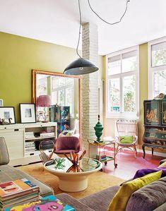 Kleurige woonkamer vol met schatten