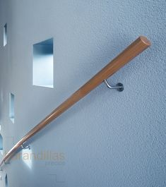 Pasamano pared en madera de Ø50 o acero inoxidable de 40x40. http://www.barandillasprecios.com/barandillas/barandillas-interiores/pasamanos