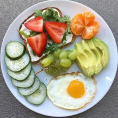 39 Quick Healthy Breakfast Ideas & Recipe for Busy Mornings - Lara Hager -You can find Mornings and more on our Quick Healthy Br. Healthy Food To Lose Weight, Healthy Meal Prep, Easy Healthy Recipes, Healthy Snacks, Healthy Eating, Dinner Healthy, Healthy Food Plate, Quick Healthy Breakfast, Breakfast Recipes