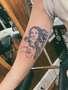 Botticelli's Birth of Venus minimalist tattoo Dream Tattoos, Dog Tattoos, Cute Tattoos, Tattoos For Guys, Tattoos For Women, Tatoos, Aphrodite Tattoo, Venus Tattoo, Piercing Tattoo