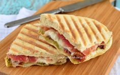 Panini met mozzarella en seranoham - Laura's Bakery - Panini met mozzarella en seranoham – Laura's Bakery - Tea Snacks, Lunch Snacks, Lunch Recipes, Healthy Recipes, Healthy Food, Sandwich Toaster, Paninis, Pesto, Lunch Catering