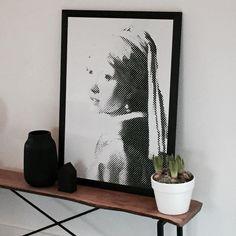 Ze is echt lief hoor, maar ze houdt me wel de hele dag in de gaten ...  #bloosz #meisjevanvermeer #holland #hyacinth #boxworx #housedoctor #zoedt #stoeruhzaken #meisjemetdeparel #girlwithpearlearring #vermeer #pixels #zwartwit #zwartwitwonen #blackandwhite #interior #decoration #interiorstyling #myhome #photo #pearl