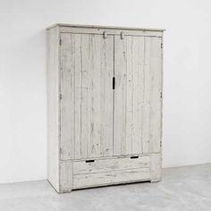Плательный шкаф окрашенный белым пигментом. .