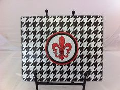 CUTTING BOARD GLASS (7.3/4'x 9.3/4') HOUNDS TOOTH RED AND BLACK FLEUR DE LIS