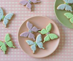 Butterfly cookies~ by the cake parlour, purple, green, blue Galletas Cookies, Iced Cookies, Cute Cookies, Easter Cookies, Cupcake Cookies, Sugar Cookies, Cupcakes, Easter Cake, Biscuits Papillon