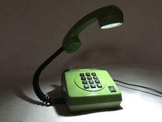 Altes Festnetz-Telefon Alpha VEB Fernmeldewerk Nordhausen, DDR, um 1984.Das Telefon umgebaut zur Nachttisch-Dekolampe  mit Einschaltknopf der Lampe an Vorderseite des Telefons. Hochwertige LED-Lampe vom deutschen Hersteller.Das edle Design dieser dekorativen Tischlampe wird jedem Raum in Ihrem zu Hause einen wunderschönen Charme verleihen. Mit dieser außergewöhnlicher Lampe bringen Sie Ihren eigenen Geschmack in Ihr Zuhause. Individuelles Design und absoluter Blickfang.bDieser einzigartige…