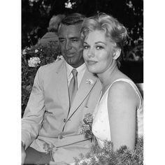 """1959: Kim Novak chats with Cary Grant at Carlton's """"Petit Chalet"""" in Cannes"""