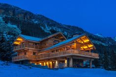 extérieur chalet luxe - Ecosia Construction Chalet, House Fence Design, Colorado Mountain Homes, Winter Lodge, Future Buildings, Rustic Exterior, Stone Houses, Log Homes, Architecture