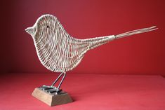 oiseau en osier blanc sur socle en bois. k-batz, atelier de vannerie. www.k-batz.com
