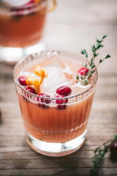 This cranberry orange whiskey cocktail is the perfect boozy complement to any menu! cranberryorangewhiskey vegancocktails cocktail holidayrecipe crowdedkitchen com christmascocktail christmascocktail Whisky Cocktail, Whiskey Drinks, Cocktail Drinks, Orange Cocktail, Whiskey Recipes, Cranberry Cocktail, Christmas Cocktails, Holiday Cocktails, Sweet Cocktails