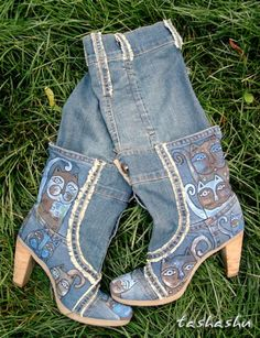 Old Boots to New - step by step Photo tutorial - Bildanleitung Old Boots, Denim Boots, Denim And Lace, Blue Denim, Diy Vetement, Denim Ideas, Denim Crafts, Recycle Jeans, Recycled Denim