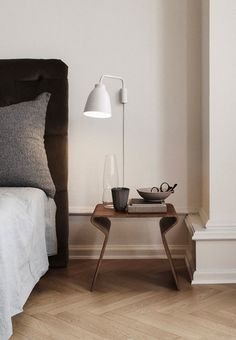 The lamp, designed by Cecilie Manz, is not only incredibly beautiful - it is even also incredibly functional. The screen has been fitted with a so-called flex pipe, which makes it possible to tilt it from side to side and up and down. It is therefore possible to adapt the light according to your needs.