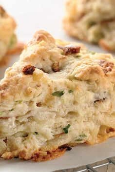 Bacon Cheddar Chive Scones ~ We usually think of scones as sweet, not savory. But these rich, tender scones are packed with chunks of Cheddar cheese and diced bacon, and accented with fresh chives. Serve them with soup or a salad for a satisfying meal. Muffins, Detox Kur, Savory Scones, Cheese Scones, Cheddar Biscuits, Fresh Chives, Fresh Garlic, Garlic Butter, Cheese