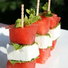 and I loooooooved it! brochettes pasteque (watermelon), feta et menthe! Yummy Snacks, Healthy Snacks, Yummy Food, Best Appetizers, Appetizer Recipes, Watermelon And Feta, Sweet Watermelon, Snacks Für Party, Sweet And Salty