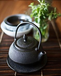Cast iron warming tea pot with fresh green tea I believe Japanese Tea Ceremony, Teapots And Cups, My Cup Of Tea, Chocolate Pots, Cacao, Japanese Food, Japanese Beauty, Geisha, Tea Set