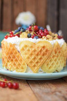 Quark-Waffeltorte mit Beeren - Waffle Cake with Berries Rezept (Creative Baking People) Candy Recipes, Cupcake Recipes, Sweet Recipes, Dessert Recipes, No Bake Desserts, Just Desserts, Delicious Desserts, Yummy Food, Yummy Waffles