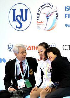 2012年12月、4季ぶりにGPファイナル(ロシア)を制し、佐藤信夫コーチ(左)と喜ぶ浅田=飯塚晋一撮影