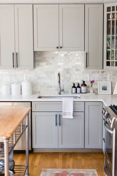 Home Decor Classy Grey kitchens will never go out of style. These photos of kitchens with gray cabinets will inspire you to embrace this trendy neutral. We're going over painted gray cabinets, farmhouse grey kitchens, dark gray kitchens, modern kitchen Grey Kitchen Cabinets, Kitchen Redo, Home Decor Kitchen, New Kitchen, Home Kitchens, Grey Kitchen Tiles, Apartment Kitchen, Wood Counter Tops Kitchen, Kitchen Backsplash White Cabinets