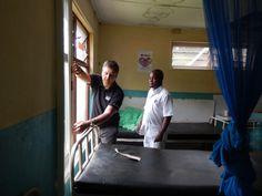 """Een klein jaar na de """"meetreis"""" gaan Eric en Silvia van Luxaflex® opnieuw op naar Malawi. Nu om horren in ziekenhuizen te monteren met als doel om malaria tegen te gaan. Dit keer reizen ze samen met Jacqueline van Cordaid Memisa, klant én technisch specialist Jeroen namens Beku Krommenie en Leontine (de hoofdredacteur van Margriet) die in juni een verslag zal publiceren van de reis. - Eric geeft uitleg aan de Clinician."""