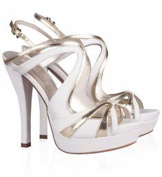 (Foto 9 de 18) La combinación de piel blanca con piel metalizada en color platino es una de las tendencias. Imagen Pura López., Galeria de fotos de Zapatos de novia 2014 Pura López