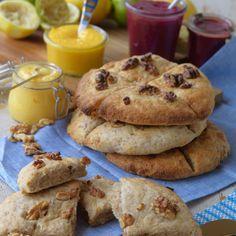 Saftiga scones bakade med vetemjöl, grahamsmjöl och yoghurt. Hackade valnötter både i degen och på toppen gör dem knapriga och goda. Yoghurt, Afternoon Tea, Scones, Pancakes, Brunch, Bread, Cookies, Breakfast, Desserts