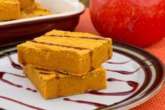 Vyzkoušejte náš podzimní recept na dýňovou buchtu, která je díky rýžové mouce bezlepková a slazená pouze datlovým sirupem. Ideální zdravé pečivo k snídani či svačině pro děti i dospělé.