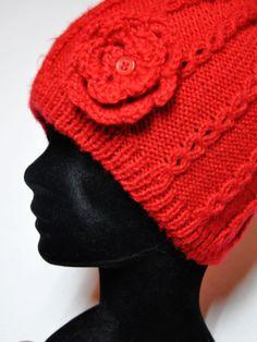 Gorro de lana de color rojo con detalle de flor lateral http://www.chanchelcomplementos.com/en/shopping/categoria-gorros/gorro-color-rojo-detail.html