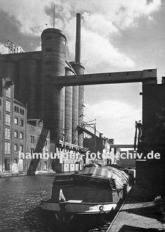 0954019 Blick in den Industriekanal - eine Schute hat am Kai fest gemacht; auf der gegenüber liegenden Seite historische Industriearchitektur und ein Getreidesilo. Über den Kanal führt eine Förderanlage, die das Getreide in das Silo transportiert.