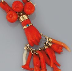 An early century gold and coral necklace - jewelry Coral Jewelry, Ethnic Jewelry, Jewelry Accessories, Jewelry Design, Victorian Jewelry, Antique Jewelry, Vintage Jewelry, Bracelet Chanel, Hand Jewelry