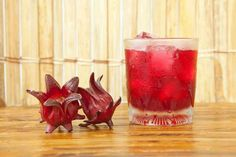 Top Roselle Juice (Hibiscus Flower Tea) Health Benefits & Effects Jamaican Fruit Cake, Jamaican Drinks, Jamaican Cuisine, Jamaican Recipes, Fruit Birthday Cake, Fruit Wedding Cake, Flower Food, Flower Tea, Jamaican Sorrel Drink Recipe