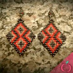 Brinco étnico em tons vermelho e coral!  Encomende já o seu! *disponibilidade nas cores de sua preferência. #brincos #étnico #boho #bijouterias #bijus