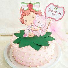 Bolo decorado com confeitos perolados e detalhes em scrap para o tema Moranguinho Baby  #scrapcake