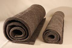 Nadelfilz in Rollen, 1 cm oder 2 cm dick, grau. Der Farbton variiert, je nach Verhältnis der gerade vorhandenen hellen und dunklen Wollen. Den Nadelfilz verarbeiten wir zu unseren Matten und Matratzen. Zugeschnitten eignet er sich als... Napkin Rings, Napkins, Home Decor, Felting, Make Your Own, Handarbeit, Mattresses, Grey, Decoration Home