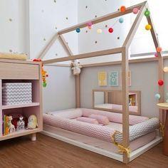 Decoração delicada para um quarto montessoriano! Esse quarto está preparado para um recém nascido. A cama baixa de casinha é livre de barreiras, porém possui rolinhos de proteção para a segurança do bebê ainda muito pequeno. A necessidade do trocador nessa fase não foi deixada de lado... Aproveitando para deixar os brinquedos na altura do olhar da criança! #inspiração #quartomontessoriano #quartoinfantil #quartodemenina #montessori #montessoriano #ateliemontessori #silvanabenko