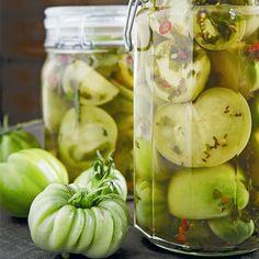 Har tomaterna på balkongen inte hunnit mogna? Gör som TV-profilen Doreen Månsson, lägg in dina gröna tomater. Varsågod, här är recept ur hennes nya bok Doreens trädgård och kök. Text...