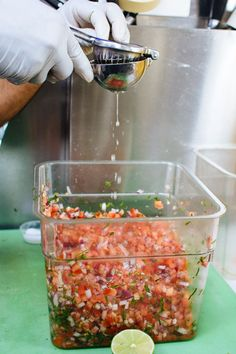 Pinner says: Pico de Gallo. I pinned this here, because I made this every other morning at my very first chef/commercial/corporate job. Many MANY cuts and screams from the lime juice in my fingers. Comida Latina, I Love Food, Good Food, Yummy Food, Healthy Snacks, Healthy Eating, Healthy Recipes, Appetizer Recipes, Appetizers