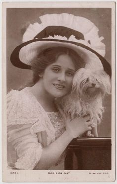POSTCARD - Edwardian actress Edna May in big hat with Maltese breed dog