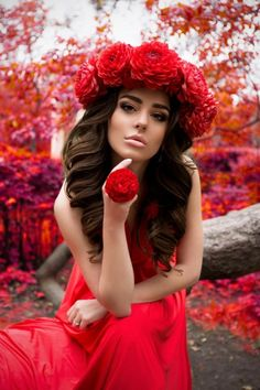 red roses in her hair Dark Photography, Photography Poses, Beautiful Images, Gorgeous Women, Mode Baroque, Kiss Beauty, Red Images, Balea, Girls With Flowers