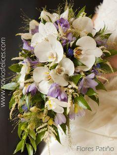Ramo en forma de gota con orquídeas blancas y delicadas flores en tonos azules y malva