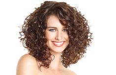 Corte de cabello rizado escalado