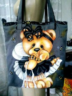Encontrado en Facebook Tole Painting, Fabric Painting, Wooden Crafts, Diy And Crafts, Painted Hats, Bear Drawing, Cute Aprons, Diy Tote Bag, Country Paintings