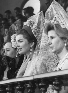 La duquesa amaba la fiesta y tuvo la dicha de casar a su hija menor, Eugenia, con un matador. Tomó lecciones de rejoneo y lidió a caballo en una plaza de tientas