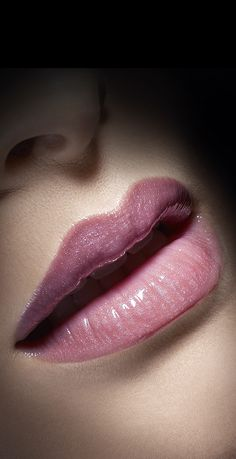 Lustrous Lips Oriflame Cosmetics, Passion For Life, Natural Beauty, Make Up, Lips, Hairstyle, Trends, Gold, Beautiful