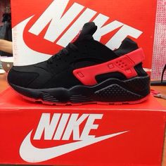 Nike guaraches red and black