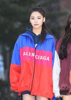 Worn like a mini dress, Yeji paired her Balenciaga logo outerwear over another oversized hoodie. She then finished her look with a pair of dark sneakers. Kpop Fashion, Girl Fashion, Fashion Music, South Korean Girls, Korean Girl Groups, New Girl, Kpop Girls, Role Models, Asian Girl